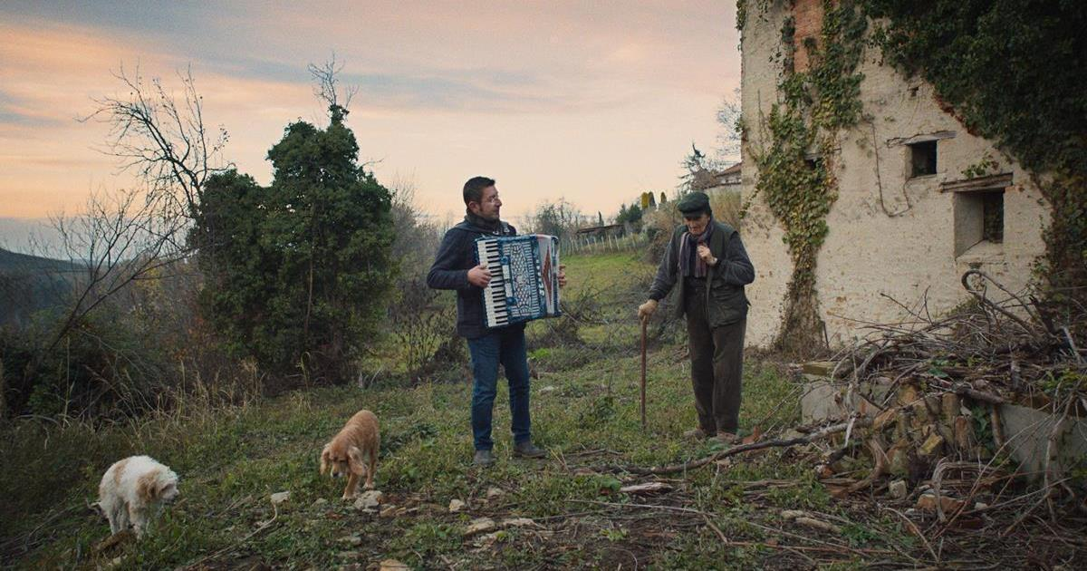 Birba with Aurelio Conterno in THE TRUFFLE HUNTERS. Cr: Michael Dweck and Gregory Kershaw/ Sony Pictures Classics