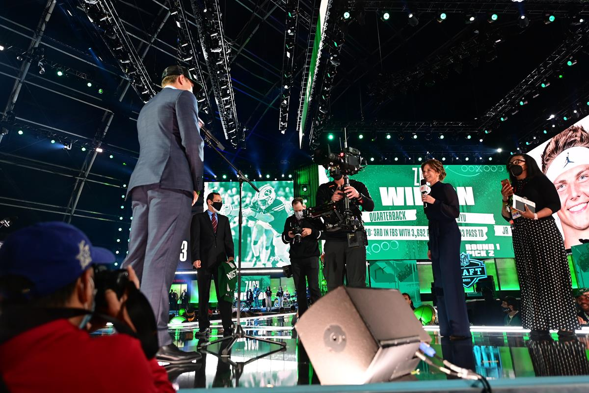 Zach Jones selected by the New York Jets with Suzy Kolber during the 2021 NFL Draft. Cr: Phil Ellsworth/ESPN Images