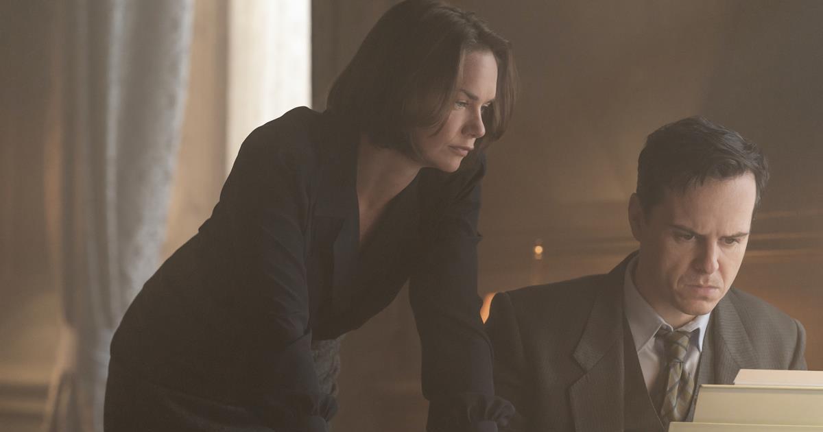 """Ruth Wilson and Andrew Scott as married Norwegian diplomats Mona Juul and Terje Rød-Larsen in """"Oslo."""" Cr: Larry D. Horricks/HBO"""