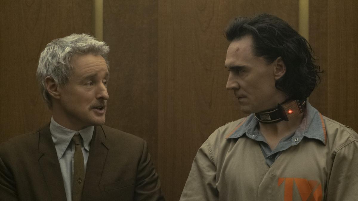 "(L-R): Mobius (Owen Wilson) and Loki (Tom Hiddleston) in Episode 1 of Marvel Studios' ""Loki."" Cr: Chuck Zlotnick/Marvel Studios"