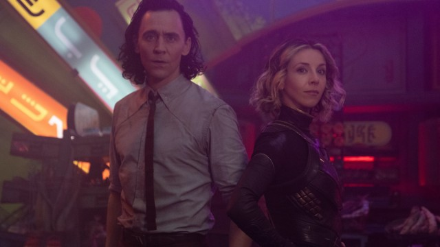 """Loki (Tom Hiddleston) and Sophia Di Martino in Episode 3 of Marvel Studios' """"Loki."""" Cr: Chuck Zlotnick/Marvel Studios"""
