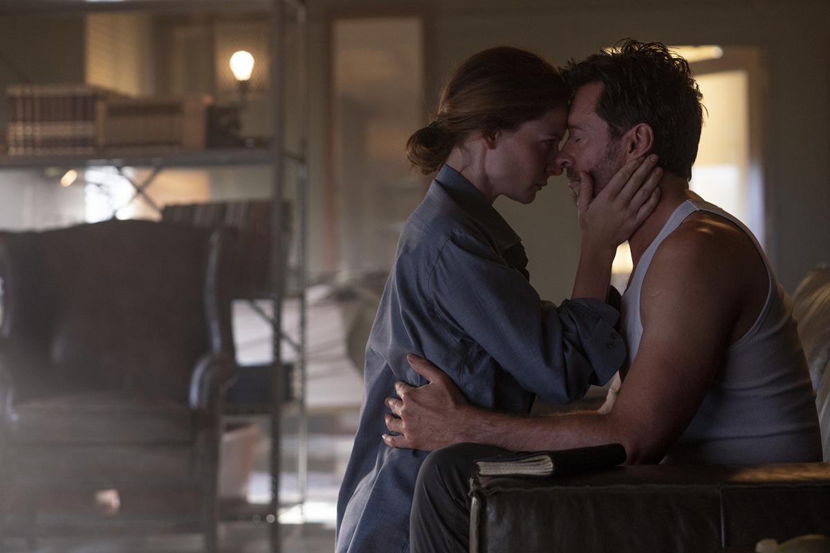 """Rebecca Ferguson as Mae and Hugh Jackman as Nick Bannister in """"Reminiscence."""" Cr: Warner Bros. Pictures"""