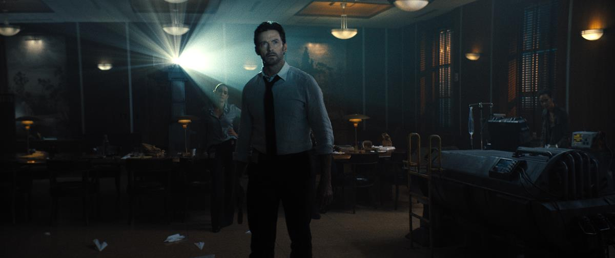 """Natalie Martinez as Avery Castillo and Hugh Jackman as Nick Bannister in """"Reminiscence."""" Cr: Warner Bros. Pictures"""