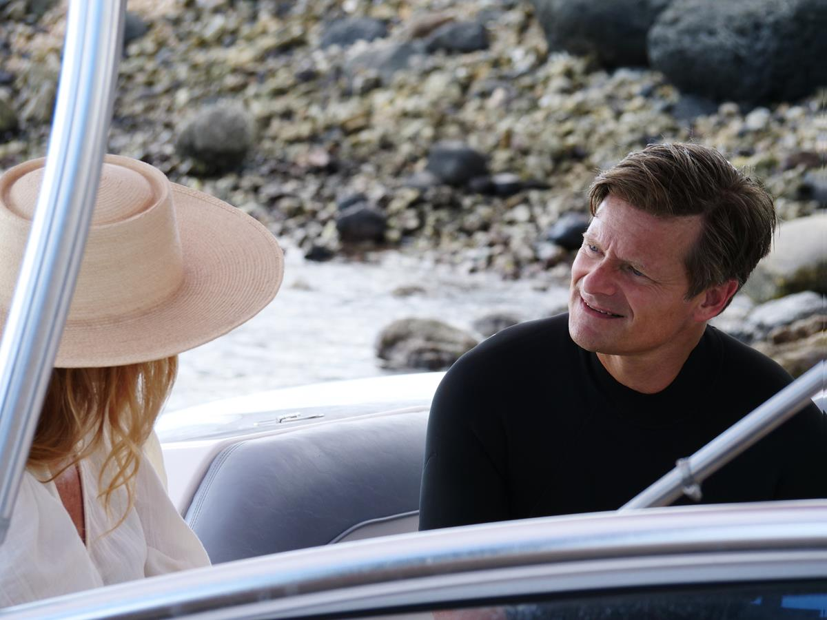 """Connie Britton as Nicole Mossbacher and Steve Zahn as Mark Mossbacher in Episode 5 of """"The White Lotus."""" Cr: HBO"""