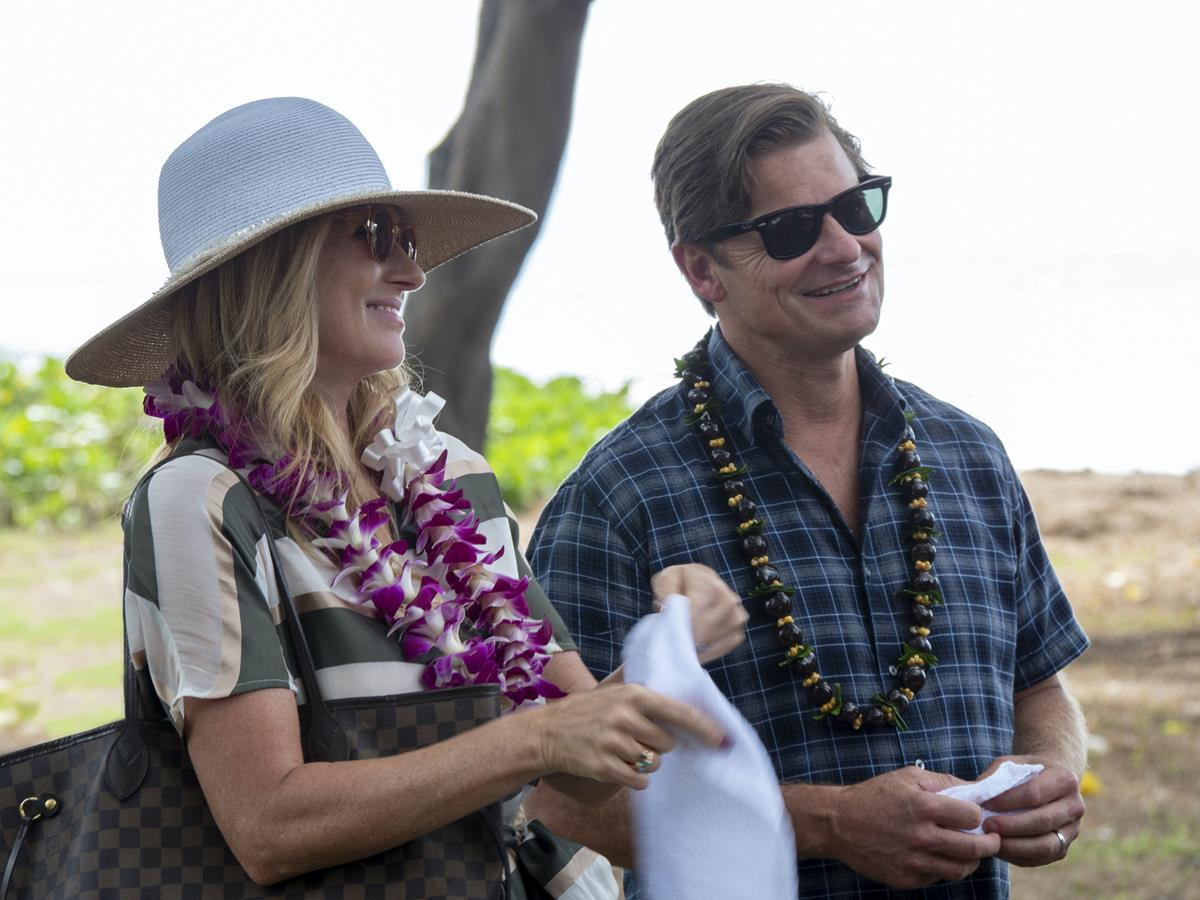 """Connie Britton as Nicole Mossbacher and Steve Zahn as Mark Mossbacher in Episode 1 of """"The White Lotus."""" Cr: HBO"""