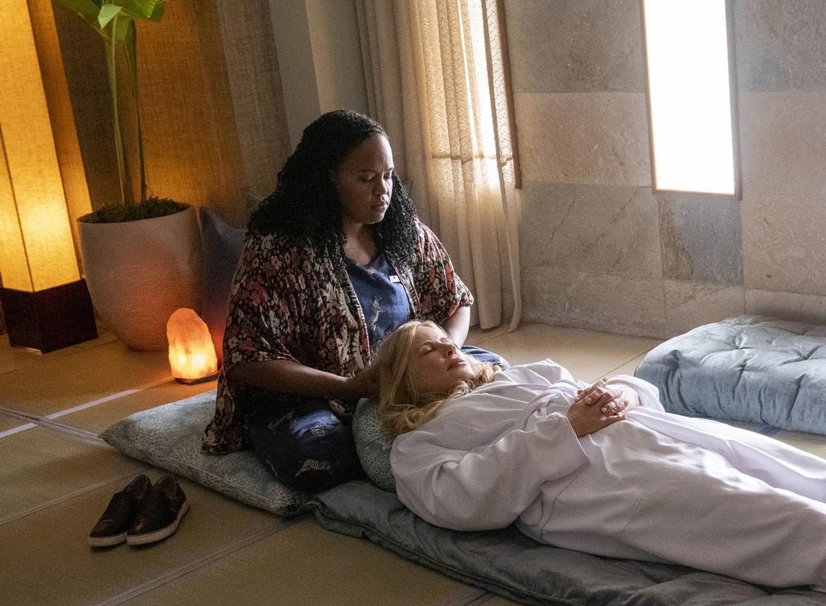 "Natasha Rothwell as Belinda Lindsay and Jennifer Coolidge as Tanya McQuoid in Episode 1 of ""The White Lotus."" Cr: HBO"