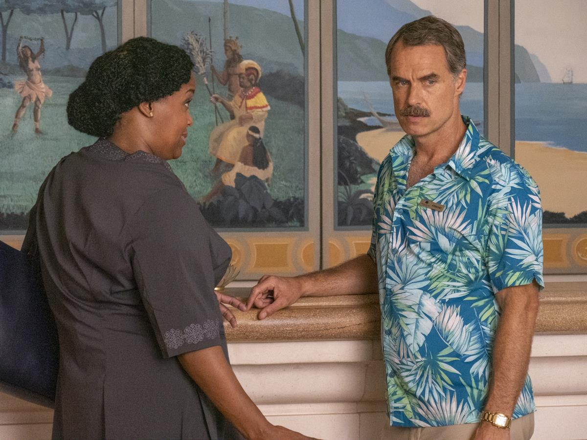 """Natasha Rothwell as Belinda Lindsay and Murray Bartlett as Armond in Episode 2 of """"The White Lotus."""" Cr: HBO"""